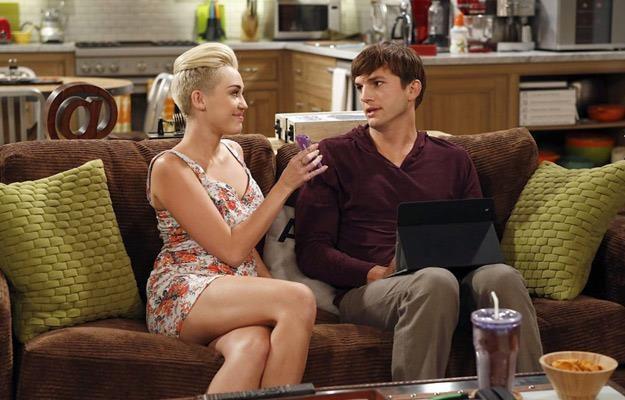 """Miley Cyrus gościnnie w serialu """"Dwóch i pół"""". Obok na kanapie Ashton Kutcher /materiały prasowe"""