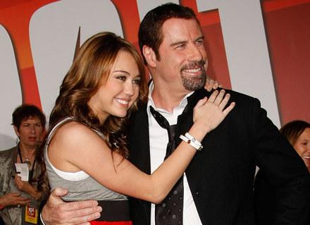 Miley Cyrus i John Travolta - fot. Michael Buckner /Getty Images/Flash Press Media