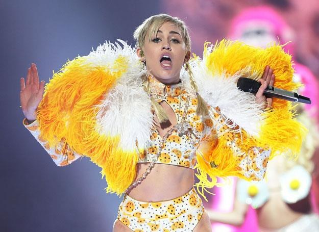 "Miley Cyrus na koncercie w ramach trasy ""Bangerz"" - fot. Mark Metcalfe /Getty Images"
