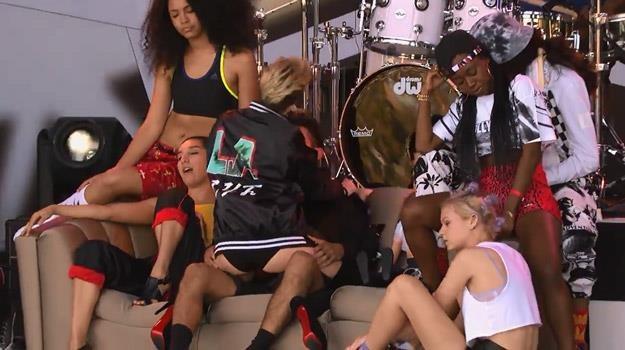 Miley Cyrus (tyłem) podczas występu w programie Jimmy'ego Kimmela /