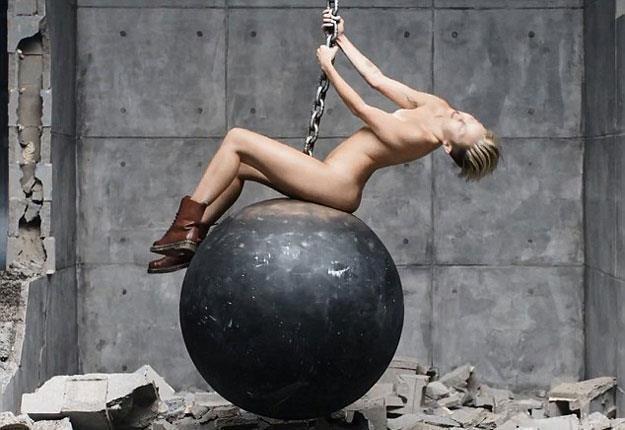 "Miley Cyrus w klipie ""Wrecking Ball"" /"