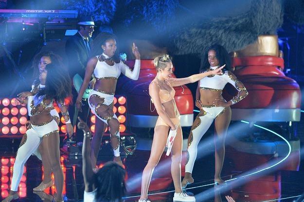 "Miley Cyrus w ""nagrodzonej"" kreacji fot. Rick Diamond /Getty Images/Flash Press Media"
