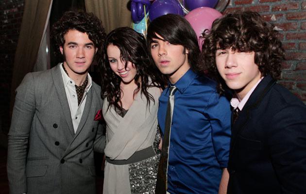 Miley Cyrus z braćmi Jonas. Nick pierwszy z prawej. Fot. Kevin Winter  /Getty Images/Flash Press Media