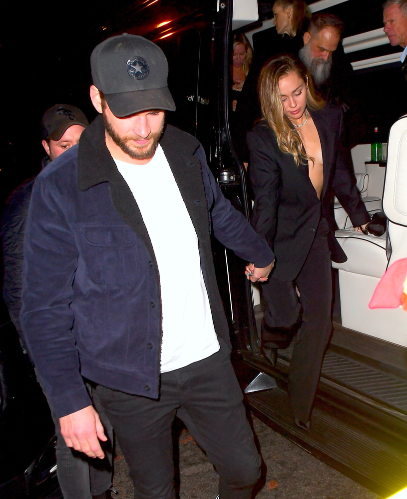 Miley Cyrus z dekoltem do pępka /East News