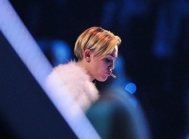 Miley Cyrus ze skrętem w ustach podczas gali MTV EMA 2013 (fot. Gareth Cattermole) /Getty Images/Flash Press Media