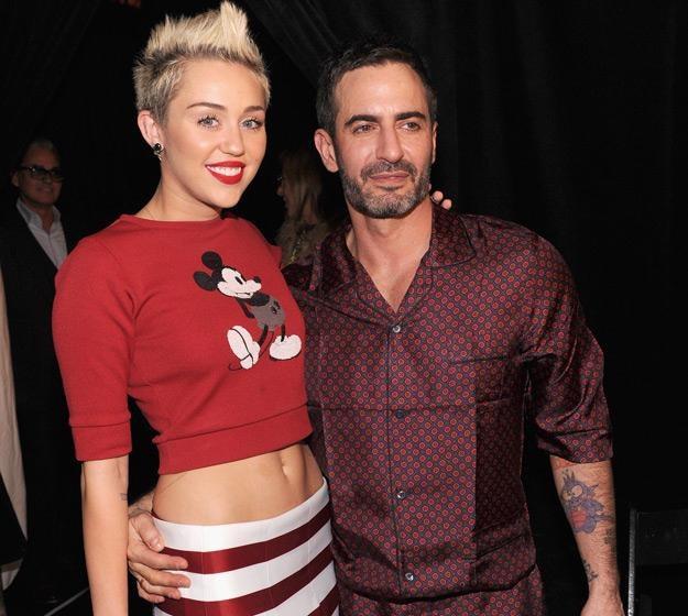 Miley Cyrus ze słynnym projektantem Markiem Jacobsem - fot. Jamie McCarthy /Getty Images/Flash Press Media