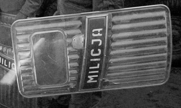 Milicja brutalnie pobiła osiemdziesięciu internowanych /AFP