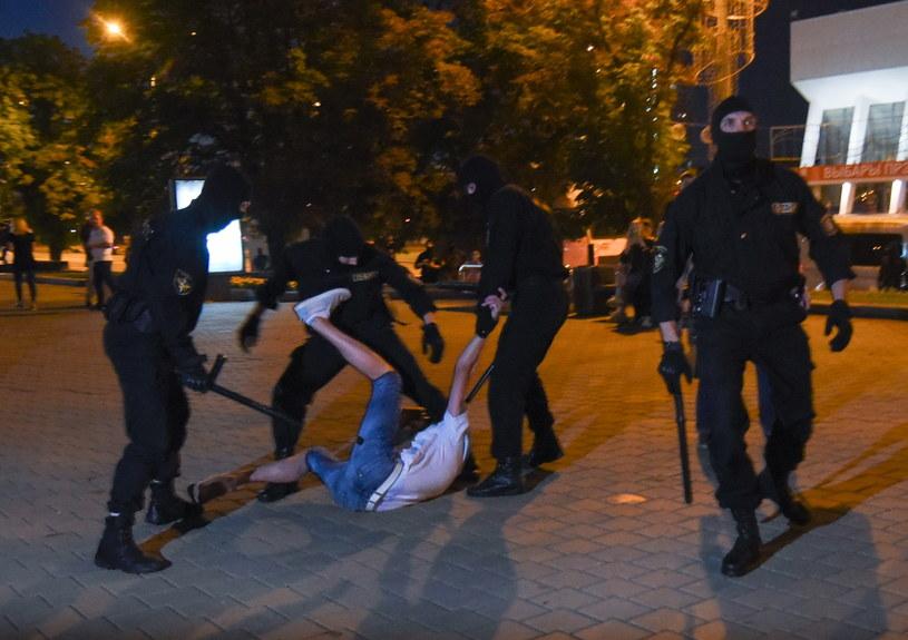 Milicja brutalnie zatrzymuje demonstranta /MARINA SEREBRYAKOVA /PAP/EPA