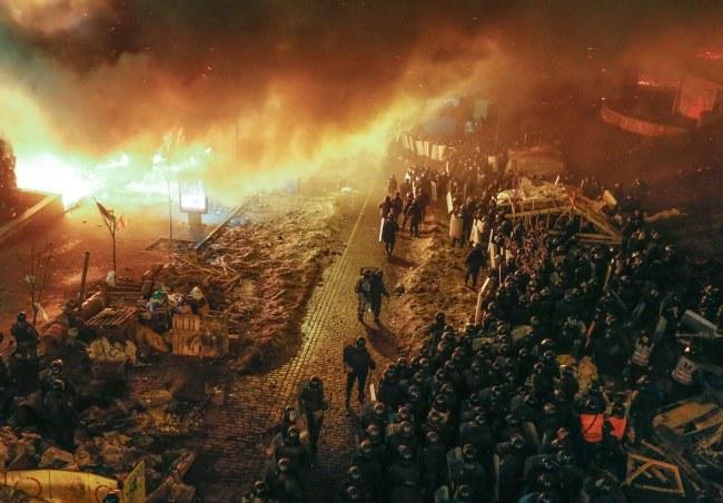 Milicja na Euromajdanie /PAP/EPA/SERGEY DOLZHENKO /PAP/EPA