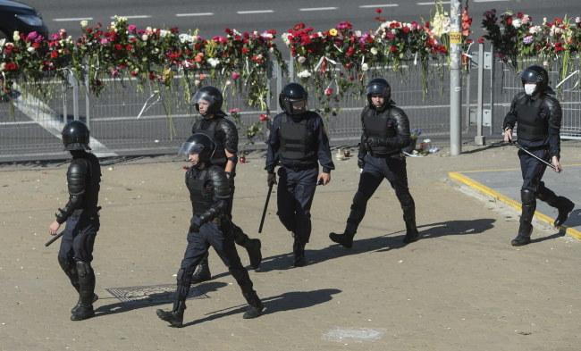 Milicja na miejscu, gdzie zginął jeden z protestujących /YAUHEN YERCHAK /PAP/EPA