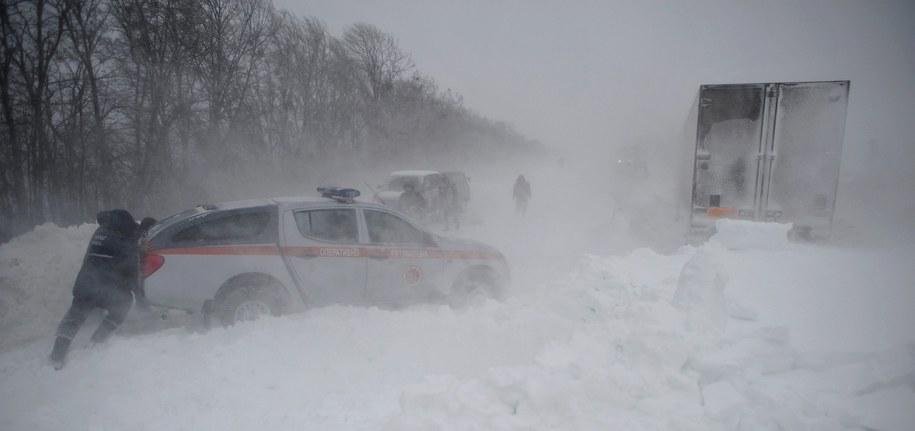 Milicja zamknęła niektóre drogi dla ruchu samochodowego /MARKIIAN LYSEIKO  /PAP/EPA
