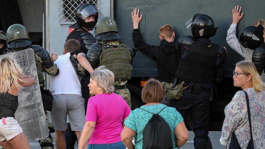Milicja zatrzymuje protestujących na Białorusi /TATYANA ZENKOVICH  /PAP/EPA