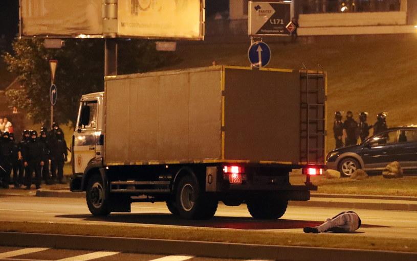Milicyjna ciężarówka potrąciła jednego z manifestujących /TATYANA ZENKOVICH  /PAP/EPA