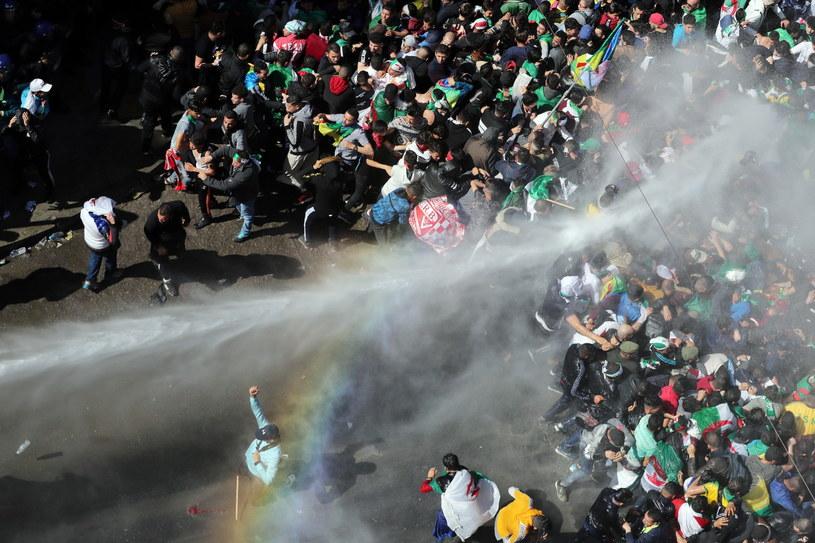 Milion ludzi protestuje na ulicach Algieru /PAP/EPA