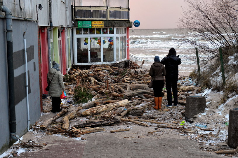 Milionowe straty po przejściu sztormu /Marcin Bielecki /PAP