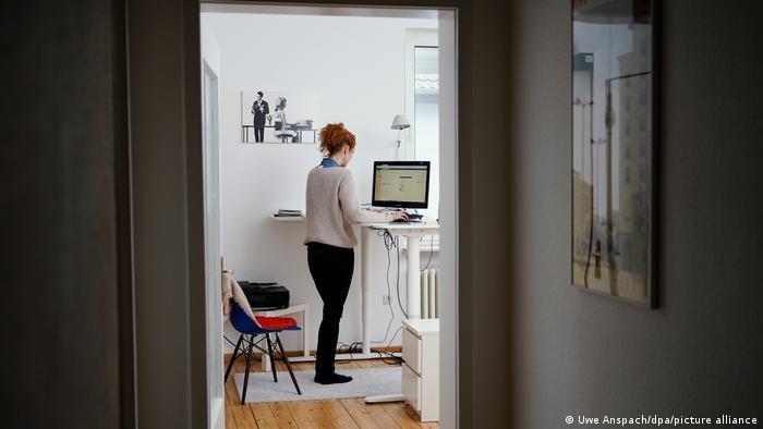 Miliony ludzi poznało cienie i blaski pracy zdalnej /Deutsche Welle