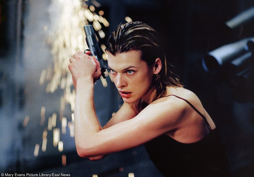 """Milla Jovovich w filmie """"Resident Evil"""" /Mary Evans Picture Library /East News"""