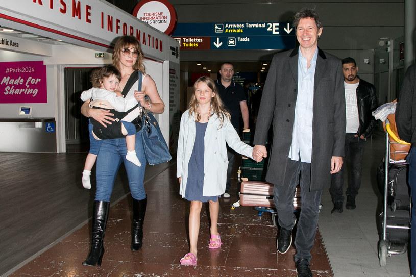 Milla Jovovich z córkami i mężem, 2017 rok /Marc Piasecki /Getty Images