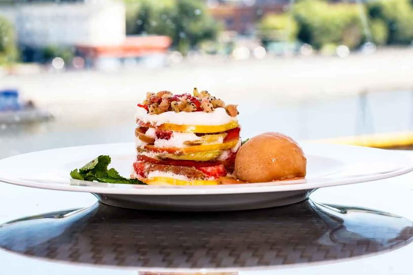 Millefoglie: ciasto francuskie przełożone kremem i owocami. Weselny tort po włosku. /123RF/PICSEL