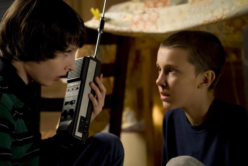 """Millie Bobby Brown i Finn Wolfhard w pierwszym sezonie """"Stranger Things"""" /materiały prasowe"""