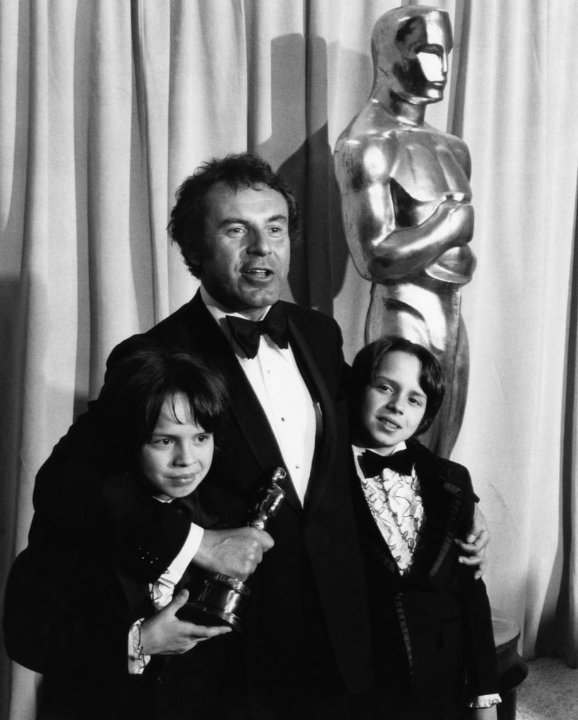 """Miloš Forman z synami i Oscarem z """"Lot nad kukułczym gniazdem"""" /Everett Collection /Getty Images"""