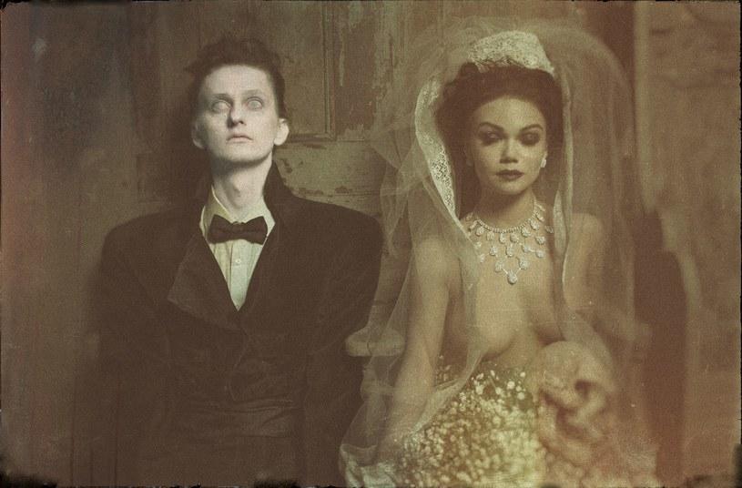 """Miłość aż do grobowej deski? Fotografia promująca """"Kochankę Szamoty"""" /materiały prasowe"""
