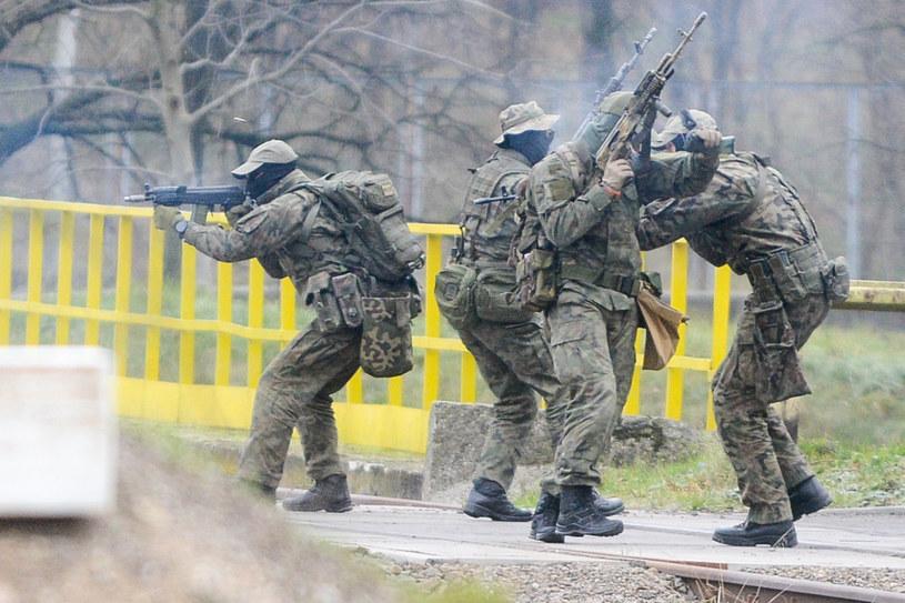 Miłośnicy militariów w przebraniu terrorystów zaatakowali szkołę na prośbę dyrektorki (zdjęcie ilustracyjne) /Piotr Kamionka /Reporter