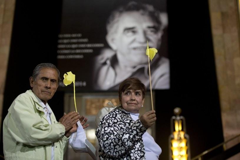 Miłośnicy Noblisty przynieśli ze sobą żółte kwiaty - Marquez wierzył, że przynoszą mu szczęście /AFP