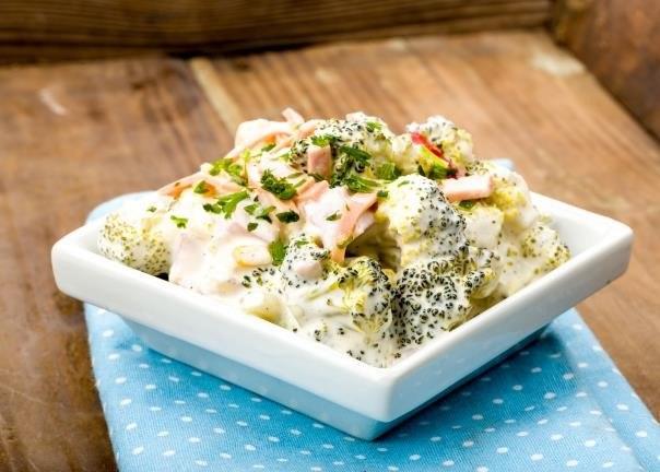 Miłośnicy tradycyjnych smaków w nowym wydaniu docenią sałatkę z brokułem, szynką, kukurydzą, rzodkwią i sosem czosnkowym /123RF/PICSEL