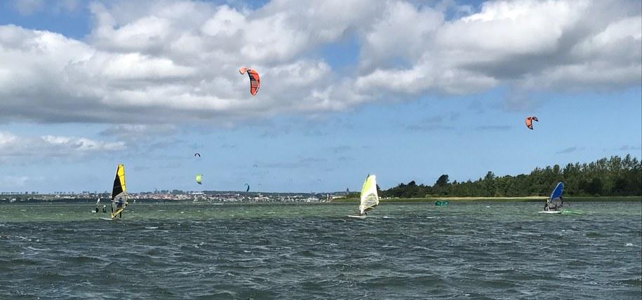 Miłośnicy windsurfingu i kitesurfingu na wodzie /Kuba Kaługa /RMF FM