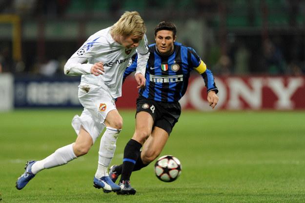 Milosz Krasić (z lewej) w barwach CSKA Moskwa. Obok Javier Zanetti z Interu /AFP