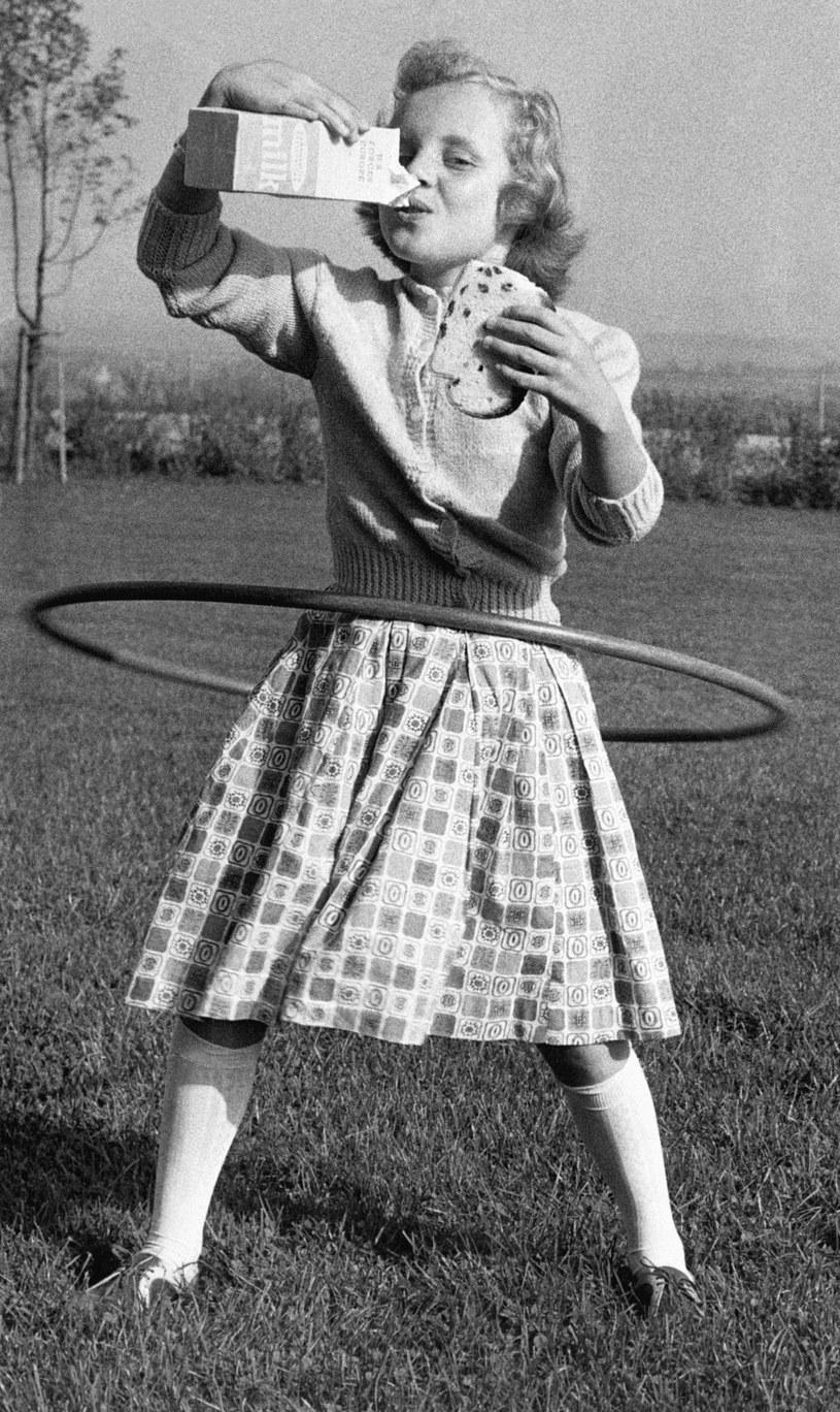 Mimi Jordan podczas kręcenia hula-hoop piła mleko i jadła kanapki /Getty Images /Getty Images