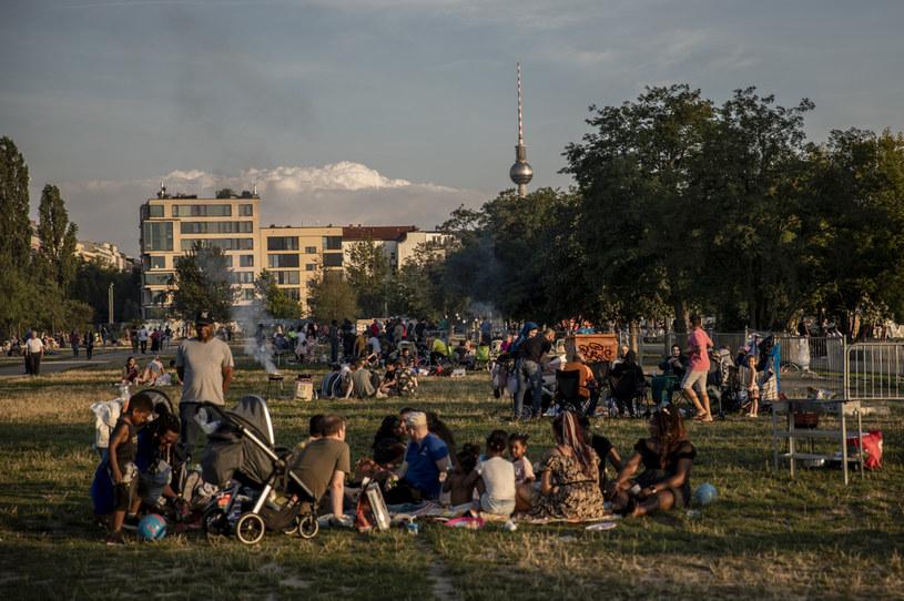 Mimo epidemii Berlińczycy tłumnie gromadzą się w parkach /MAJA HITIJ  /Getty Images