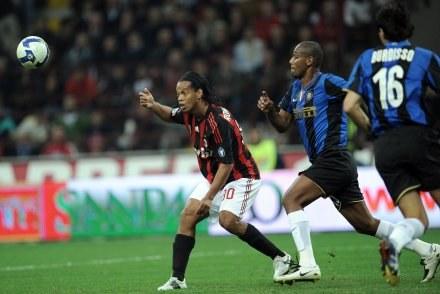 Mimo kryzysu finansowego kibice nie przestaną podziwiać gry piłkarzy pokroju Ronaldinho /AFP