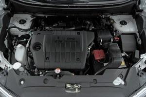 Mimo mniejszej aż o 34 KM mocy, silnik i skrzynia ASX-a zapewniają minimalnie lepsze osiągi niż koreański rywal. /Motor