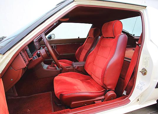 Mimo nisko poprowadzonej linii dachu, nawet wysokie osoby usiądą wygodnie w Maździe RX-7. Jest to jednak auto 2-osobowe. /Motor