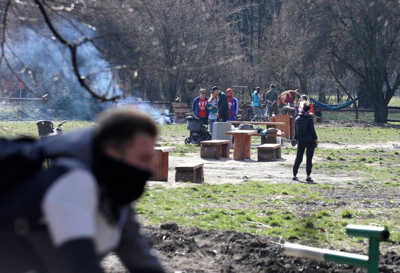 Mimo stanu zagrożenia, piękna pogoda przyciągała warszawiaków do parków i lasów, zdjęcie z 18 marca 2020 /ot. Jakub Kamiński/East News /East News