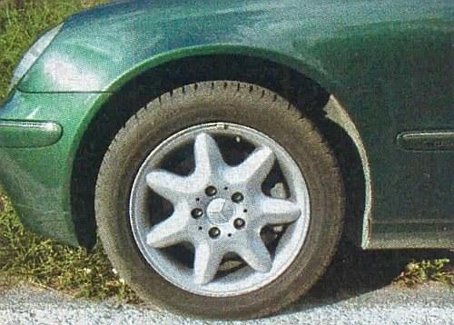 Mimo względnie niskoprofilowego ogumienia udało się zachować imponujący komfort jazdy. /Motor