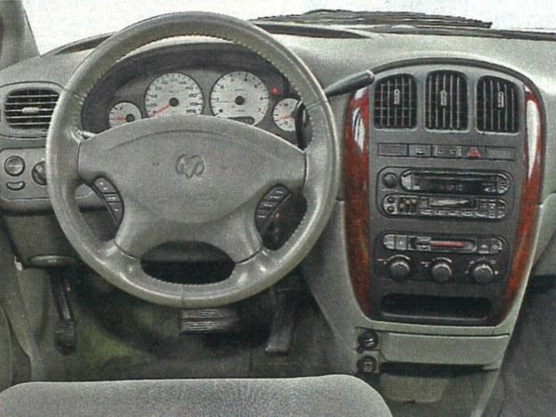 Mimo że kokpit wykończono drewnopodobną okleiną, w USA Caravan to auto ze średniej półki. /Motor