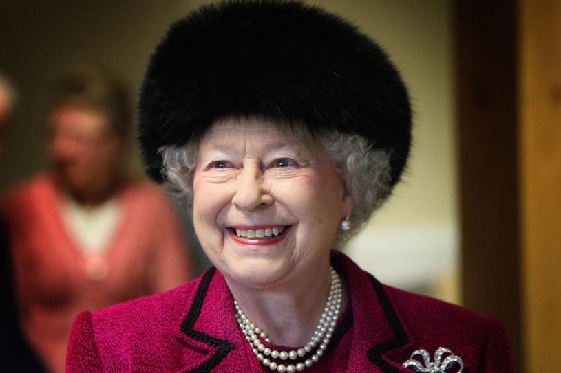 Mimo, że królowa dobiega 90., nadal doskonale orientuje się w trendach i dba o swoją garderobę /Getty Images