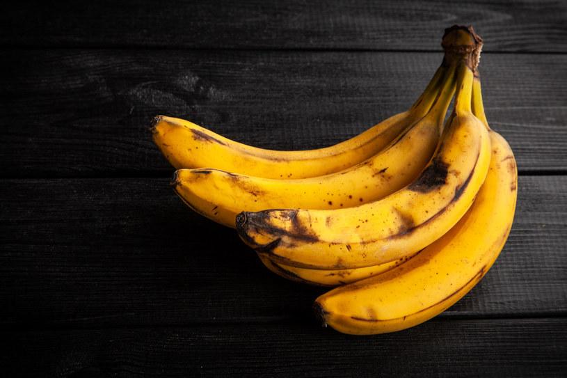 Mimo że nie wyglądają najlepiej, ciemniejsze banany zawierają więcej składników odżywczych i są lepsze dla naszego zdrowia /123RF/PICSEL