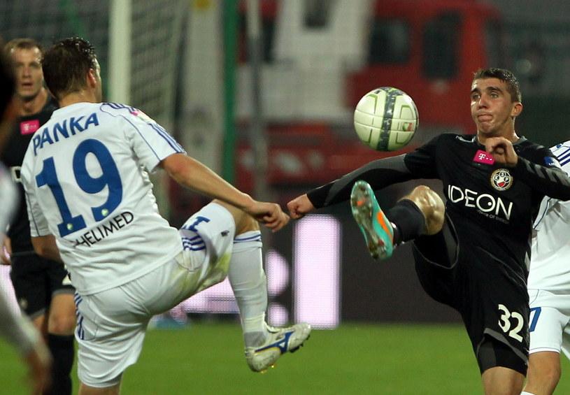 Mindaugas Panka (z lewej) i Adam Pazio walczą o piłkę /Fot. Radek Pietruszka /PAP