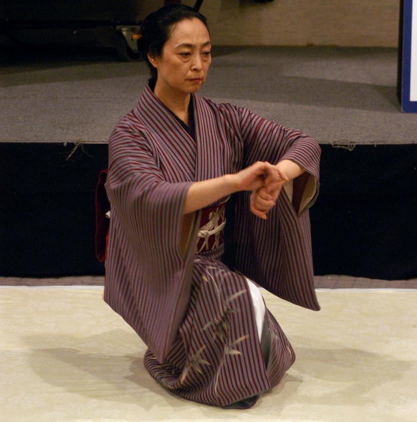 Mineko Iwasaki prezentuje tradycyjny japoński taniec, 2002 rok /Getty Images