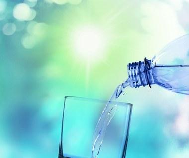 Mineralna czy źródlana? Jaką wodę należy pić?