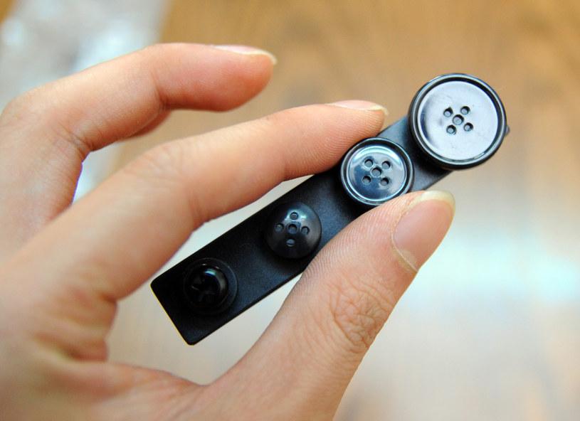 Miniaturowe kamery i dyktafony ukrywane w ubraniu cieszą się coraz większą popularnością /AFP