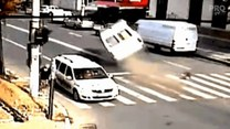 Minibusem na dwóch kołach! Spektakularna stłuczka w Rumunii