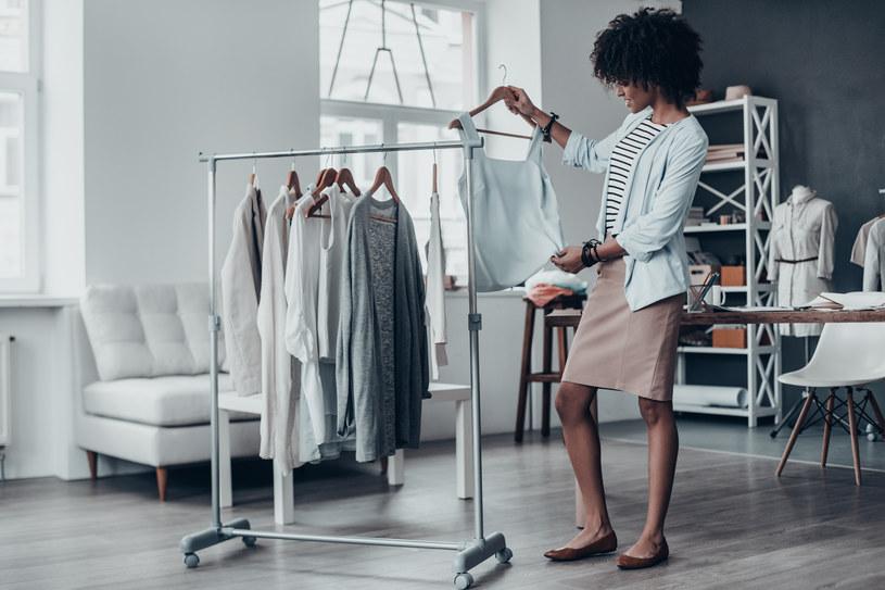 Minimalistyczna garderoba nie oznacza, że ciągle będziesz chodzić w tym samym /Adobe Stock