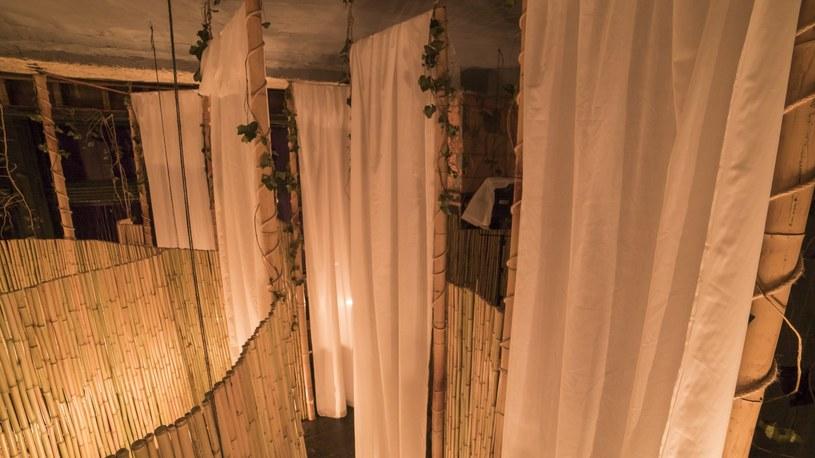 Minimalistyczno-naturalistyczne wnętrze restauracji /East News