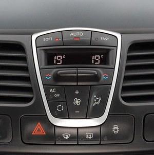 Minimalistyczny panel do sterowania klimatyzacją jest bardzo łatwy w obsłudze. /Motor
