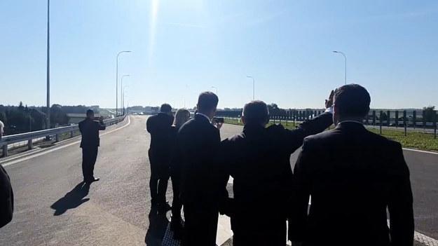 Minister Adamczyk pozdrawia kierowców. Sprzed barierki, z obszaru wyłączonego z ruchu /